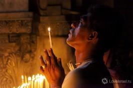 Все свечи, горящие в Храме Гроба Господня, зажигаются от Благодатного огня.