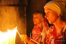 Зажигая свечи, верующие возносят свои молитвы Богу.