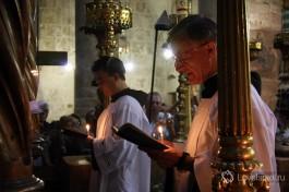 Католические монахи совершают ритуальный обход Храма.