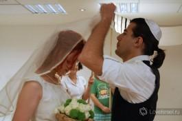 По традиции жених покрывает лицо невесты фатой.