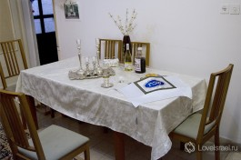 Праздничный шабатний стол в еврейской семье.
