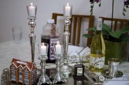 Свечи и вино ждут ужина.