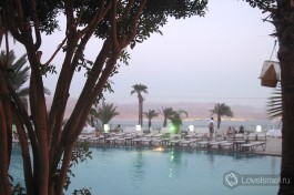 Бассейн одного из отелей Эйлата расположен прямо на уровне залива Красного моря.