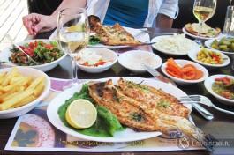 В израильских ресторанах часто к основному блюду вам подадут множество различных салатов.