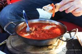 Шакшука - истинно израильское блюдо, это яйца, приготовленные в томатном соусе. Пальчики оближешь, попробуйте!