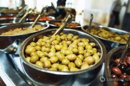 Десятки видов оливок и маслин - всегда украшают типичную израильскую трапезу.