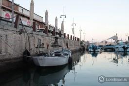 Яффский порт. Рыбаки утром выходят в море. Яффо Израиль.