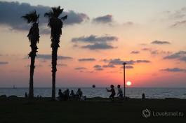 Закат на пляже в Тель-Авиве.