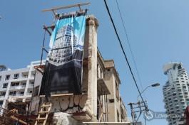 Но если такое старое здание имеет историческую ценность, подрядчик обязан сохранить фосад. Что придает зданию уникальный шарм :)