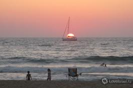 Купание в закате на пляже Ашдода
