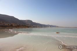 В воду Мертвого моря можно смотреться, как в зеркало.