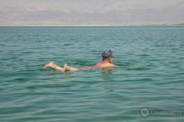 Важное правило при купании в Мертвом море - не переворачиваться на живот!