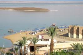 Вид на пляжи Мертвого моря из одного из отелей на берегу.
