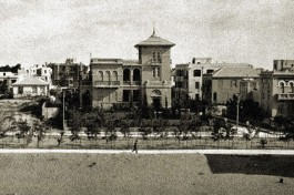 А вот так этот известный дом выглядел в начале прошлого века.