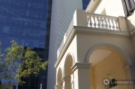 Один из балконов, выходящий на бульвар Ротшильд.