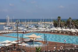 Бассейн Гордон и за ним марина Тель-Авива. Хотите прокатиться на яхте?