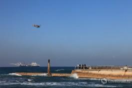 К северу от Тель-Авивского порта находится маленький аэродром Сде-Дов, туда постоянно заходят на посадку самолеты внутренних рейсов.