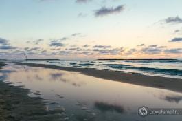 Тель-Авивский пляж на закате солнца.