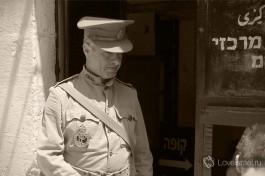 Экскурсия по тюрьме проводится от имени британского военного полицейского.