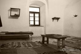 Комната, где содержали узников подполья. На кушетке спал надзиратель-мухтар.
