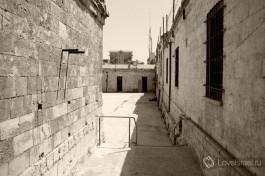 Двор тюрьмы узников подполья.