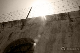 Свет свободы над тюрьмой.