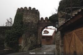 Въезд в одни из ворот крепости города Сигнахи.