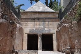 Пирамиды зачастую строились как памятники похороненым неподалеку людям.