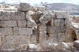 Вторичное использование более древнего строительного материала в более поздней стройке византийского периода. Шхем.