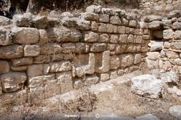 Использование римских саркофагов при строительстве византийской церкви (в стене).