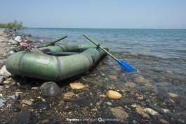 Люди приезжают на озеро Кинерет с разного типа плавательными дивайсами.