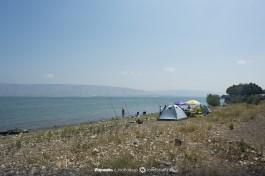 Люди ставят палатки на озере Кинерет.
