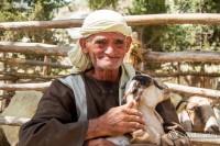 В Кфар Назцерет играют настоящие люди, например, этот человек изображает древнего пастуха и одет он так, как одевались в то время.