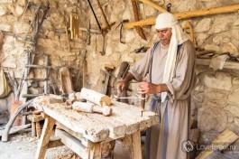 Древняя мастерская. Разумеется, в то время уже были железные инструменты.