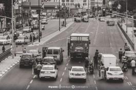 Сирена. Израильтяне остановили машины и стоят около них. Две минуты памяти погибшим.