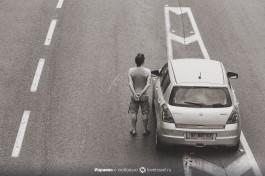 Израильтяне остановили машины и стоят около них. Две минуты памяти погибшим жертв Холокоста
