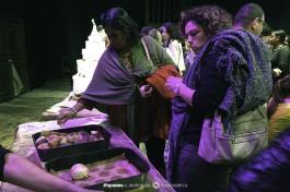 После завершения спектакля, зрителей приглашают на сцену, пообщаться с актерами и попробовать хлеб.