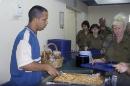 Ужин в армейской столовой.