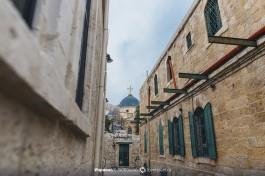 Вид на малый купол Церкви Гроба Господня. Слева - Александровское подворье, справа - Коптский Патриархат. Прямо - дверь в Эфиопский монастырь.