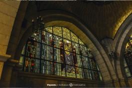 Понтий Пилат умывает руки. Витраж Церкви Бичевания на 2-й остановке.