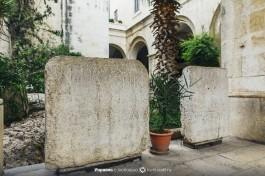 Археологические древности во дворе франсцисканского монастыря на 2-й остановке.